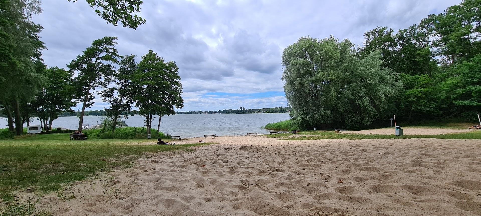 Am leeren Strand den Nachmittag genießen.